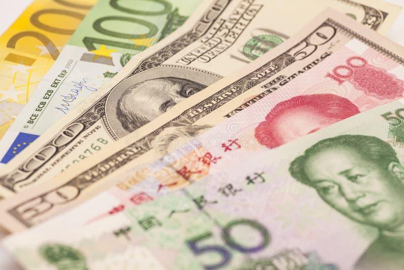 Kinesisk yuan, europeiska euroanmärkningar och amerikanska dollar royaltyfri bild