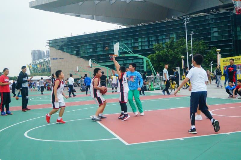 Kinesiska barn utbildar för att spela basket royaltyfria bilder