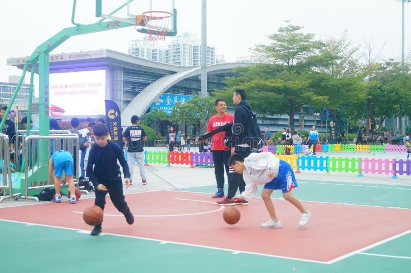 Kinesiska barn utbildar för att spela basket arkivbilder