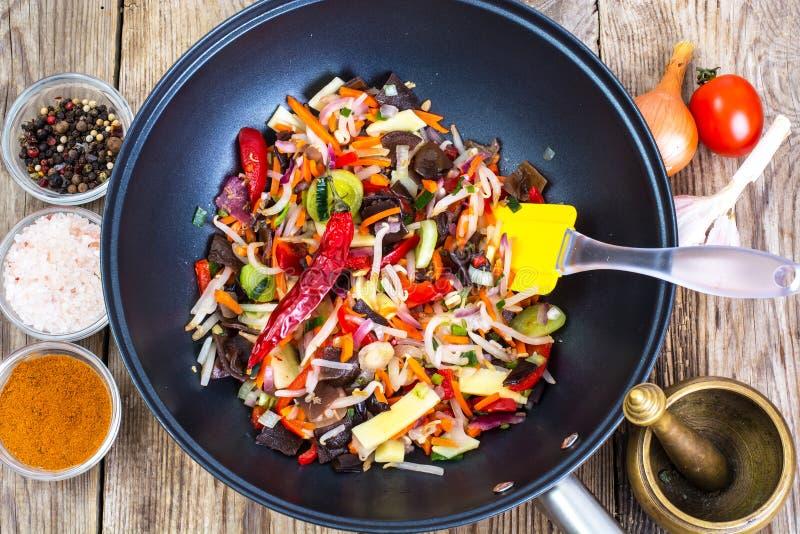 Kinesiska blandninggrönsaker som stekas i en panna royaltyfri fotografi
