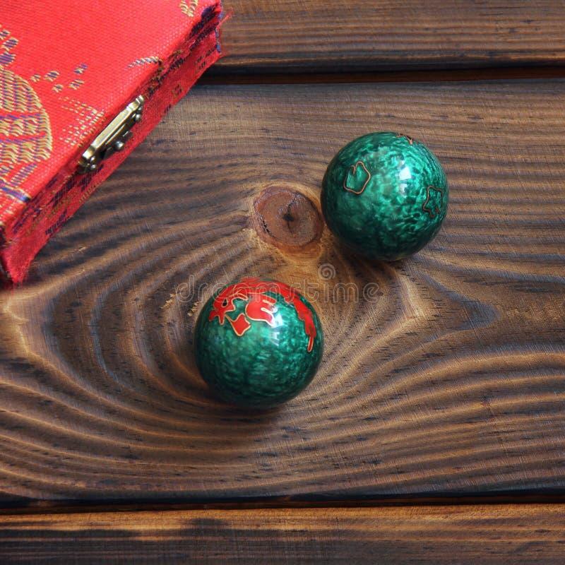 Kinesiska bollar på en träbakgrund arkivfoton