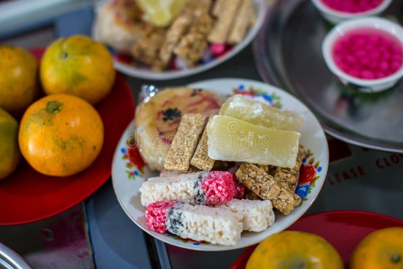 Kinesiska bröllopsötsaker, ingredienser är socker, svart sesam och pulver traditionell kokkonst i cerebration bild för kopierings arkivbild