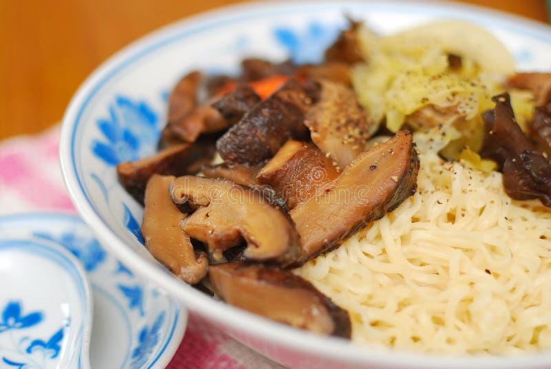 kinesiska champinjonnudlar style vegetarian arkivbild