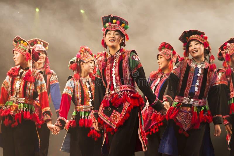 kinesiska dansperson som tillhör en etnisk minoritetfolk arkivfoton