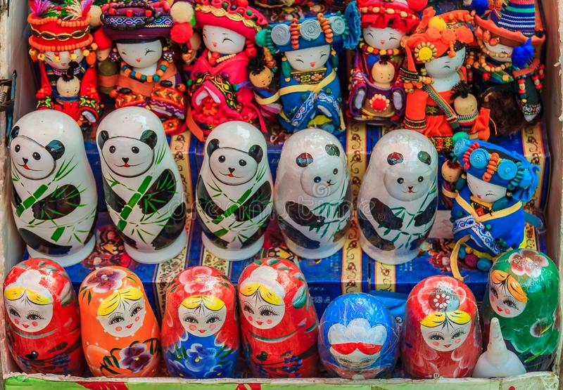 Kinesiska dockor och rysk matryoshka tillsammans med stiliserad panda b royaltyfri foto