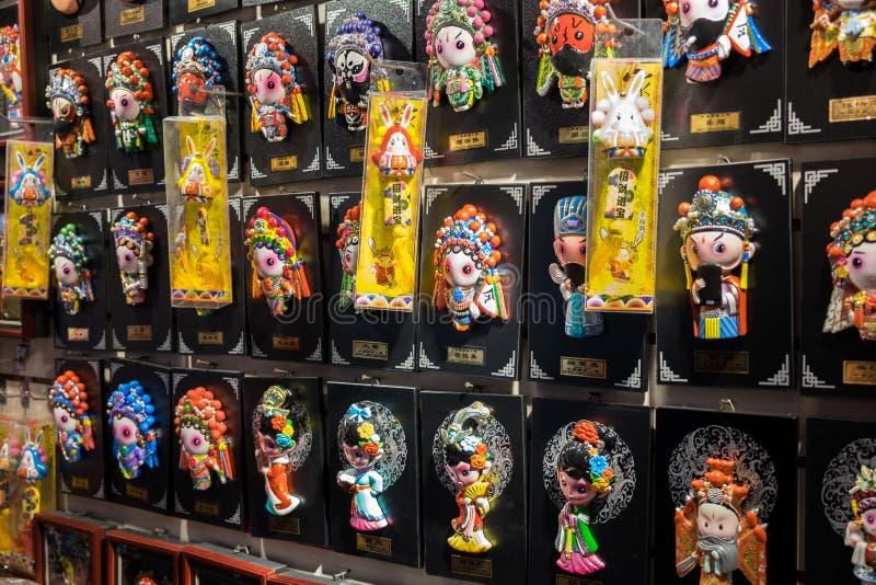 Kinesiska dramateckendockor som är till salu på gåvalagret arkivfoto