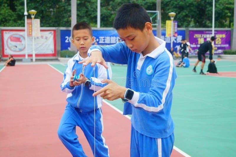 Kinesiska elever spelar yoyo royaltyfria foton