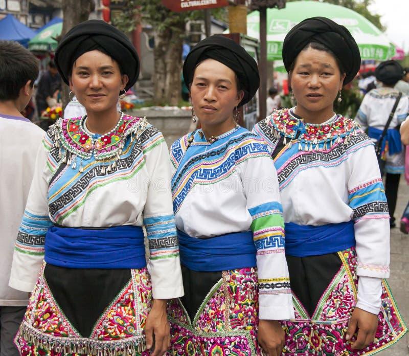 kinesiska etniska minoritetkvinnor royaltyfri fotografi