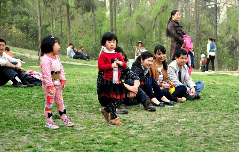 Pengzhou Kina: Kinesiska familjer parkerar in royaltyfri foto