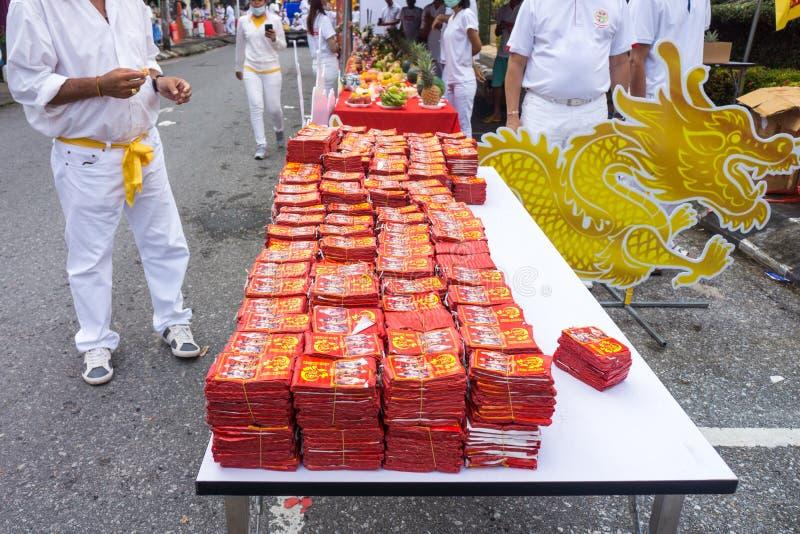 Kinesiska firecrackerrullar i en vegetarisk festival arkivfoto