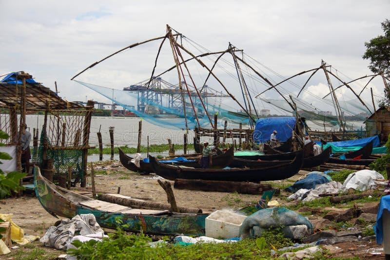 Kinesiska fisknät i Cochin (Kochin) av Indien arkivfoton