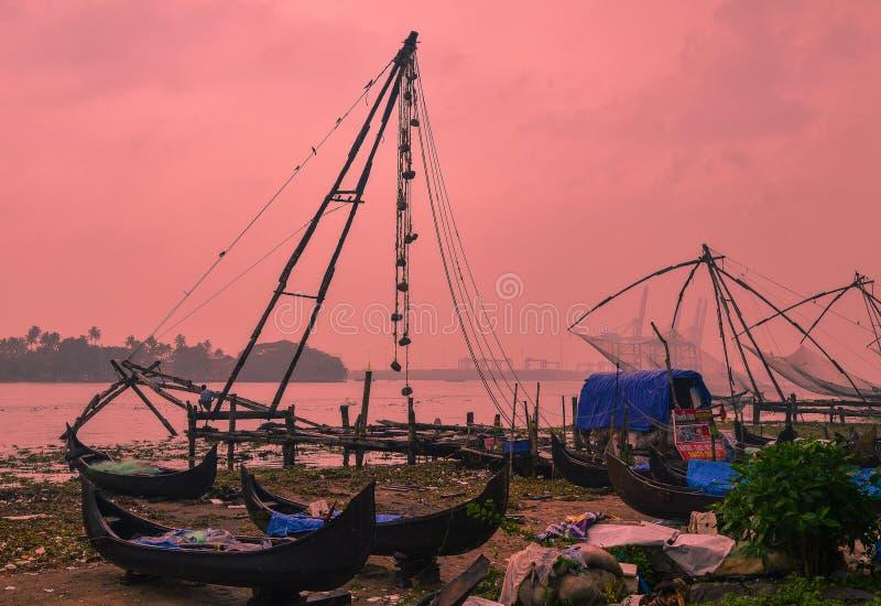 Kinesiska fisknät och fiskebåtar i fortet Kochi, Kerala, Indien royaltyfri fotografi