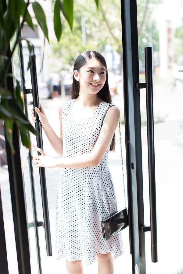 Kinesiska flickor till barberaren shoppar royaltyfri foto