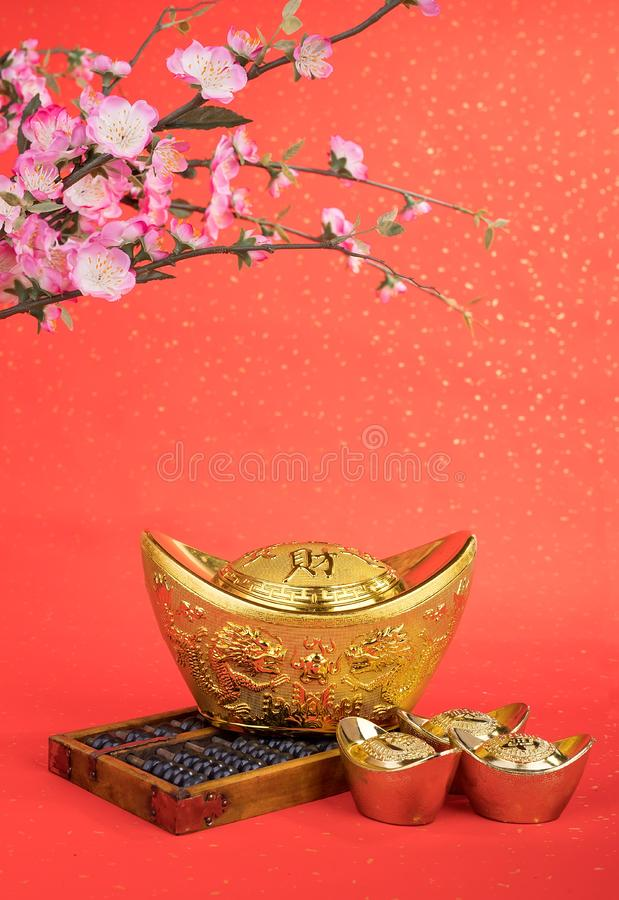 Kinesiska genomsnittliga symboler för guldtacka och för kulram av rikedom och blomstrar arkivbilder