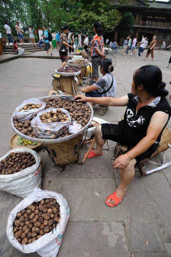 Kinesiska kvinnor som säljer valnötter arkivbilder