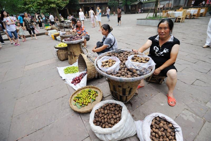 Kinesiska kvinnor som säljer valnötter royaltyfria foton