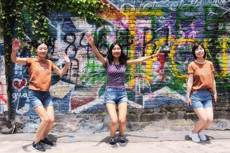 Kinesiska kvinnor som spelar utanför i Chongqing China royaltyfria foton