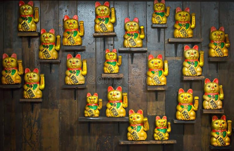 Kinesiska lyckliga katter på hyllor fotografering för bildbyråer