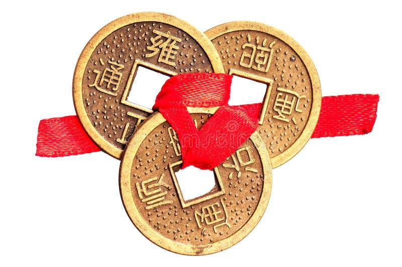 Kinesiska lyckliga mynt på vit royaltyfri fotografi