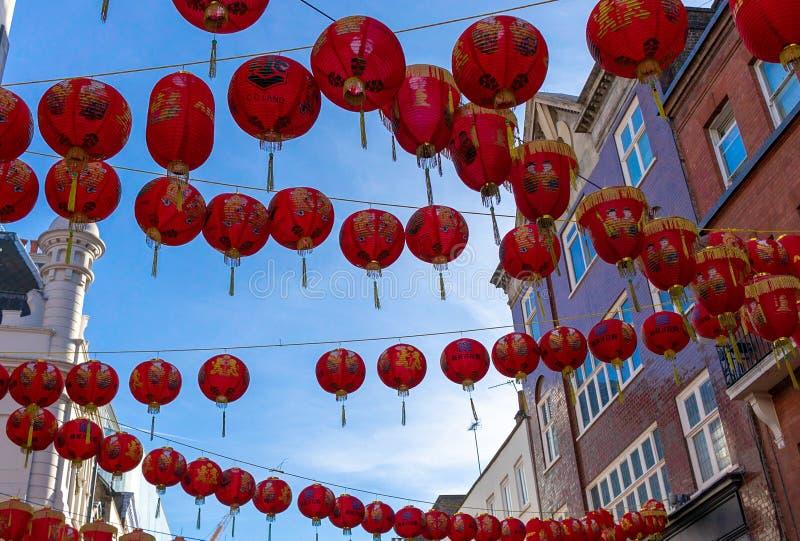 Kinesiska lyktor i gatorna av den Kina staden royaltyfri fotografi