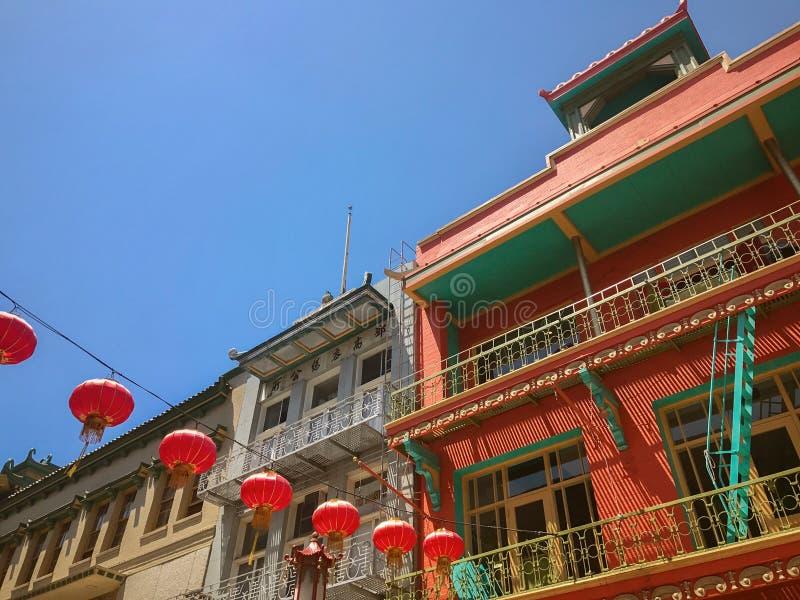 Kinesiska lyktor som hänger i San Francisco kineskvarter, Kalifornien arkivbild