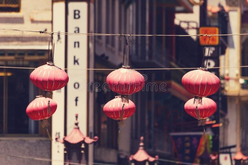 Kinesiska lyktor som hänger ovanför gatan i San Francisco royaltyfri bild