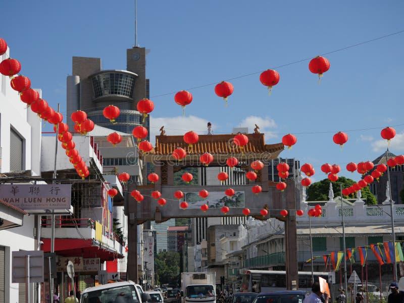 Kinesiska lyktor som hänger på hjärtan av Port Louis, Mauritius på den kungliga vägen royaltyfri bild