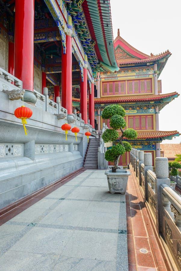 Kinesiska lyktor under festival för nytt år med bonsaiträdet, Dwar royaltyfria foton