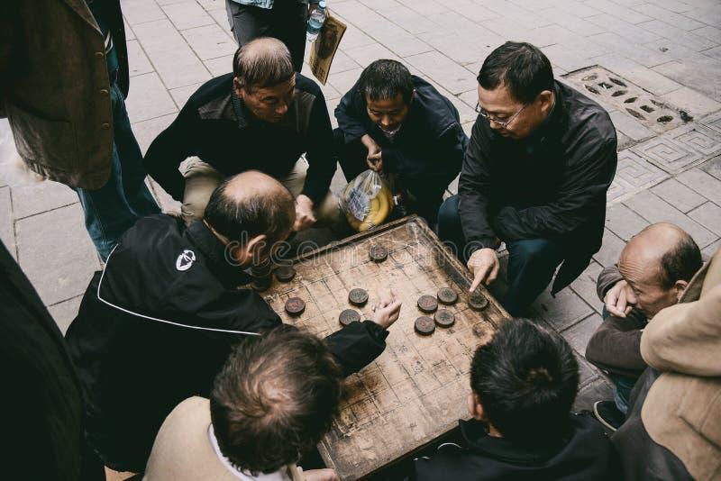 Kinesiska män som spelar Xiangqi arkivbilder