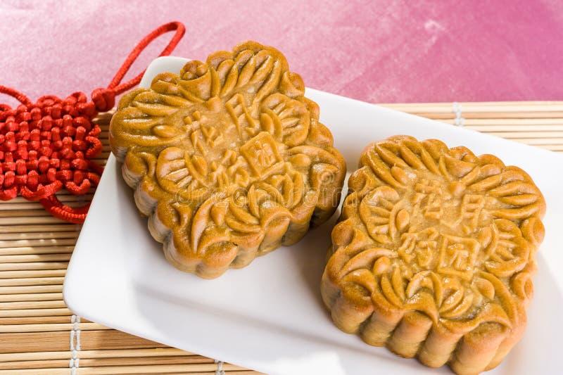 Kinesiska mooncakes med text som betyder bra lycka och välstånd royaltyfri foto