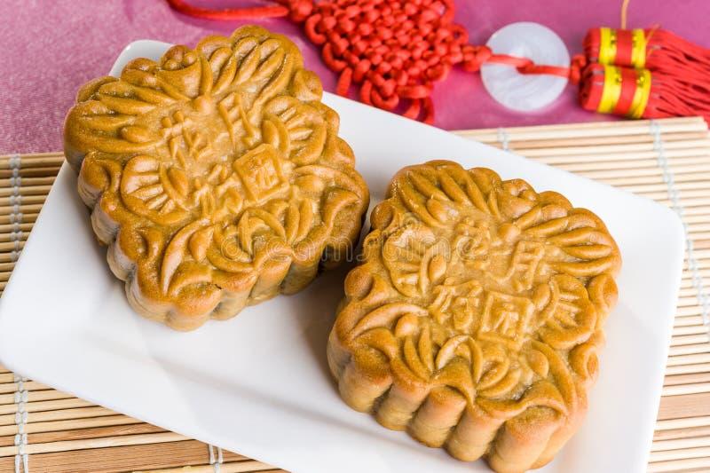 Kinesiska mooncakes med text som betyder bra lycka och välstånd arkivfoton