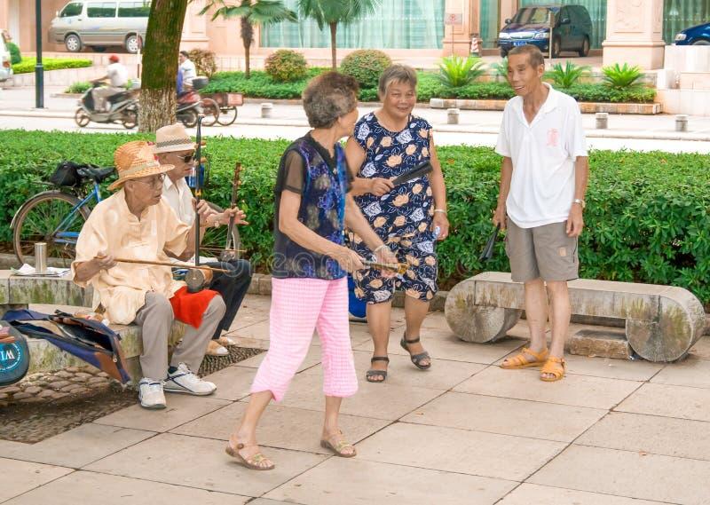 Kinesiska musiker som spelar traditionell kinesisk musik i gatan Det kinesiska folket som spelar traditionell musik i, parkerar G arkivfoton