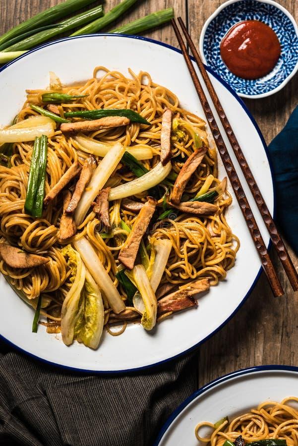 Kinesiska nudlar med griskött, Napa kål och salladslöken royaltyfri foto
