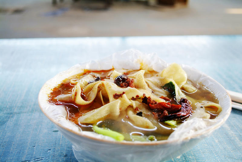 Kinesiska nudlar och soppa arkivbild