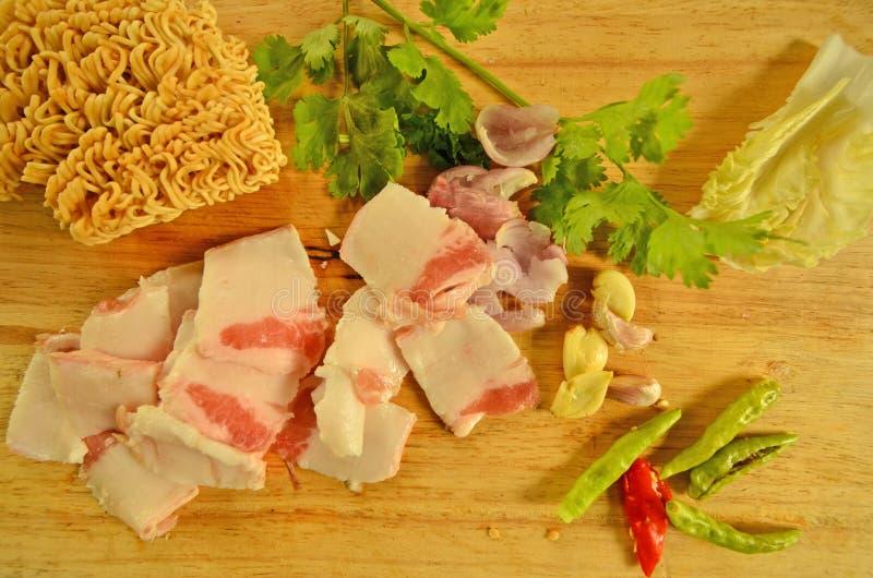 Kinesiska nudlar och strimmigt griskött med thailändskt kryddigt royaltyfri bild