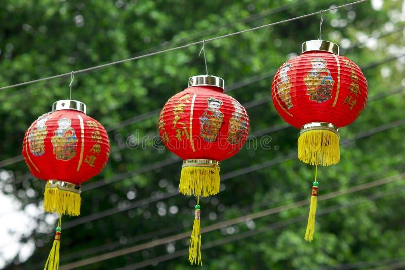 Kinesiska pappers- lyktor som hängs i kinesiska tempel arkivbilder
