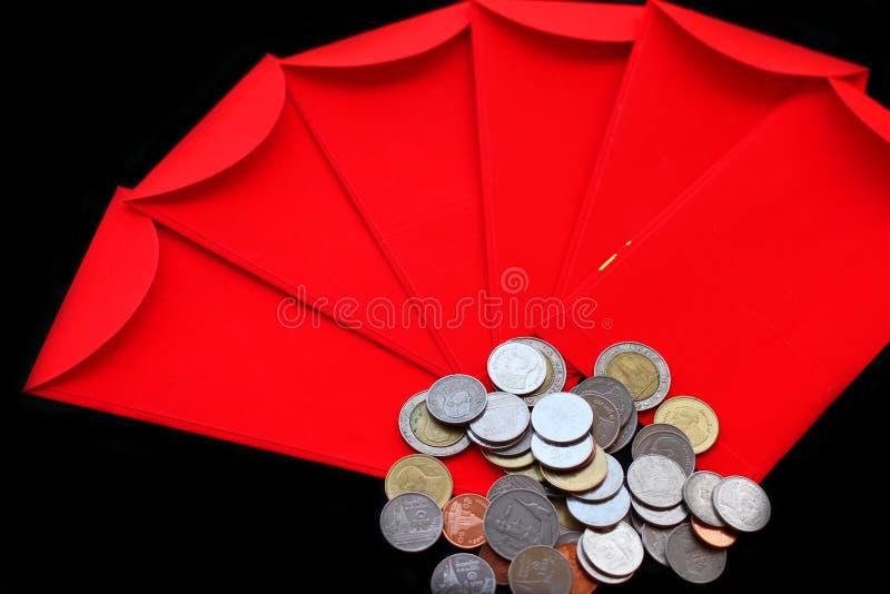 Kinesiska röda fack och silverklumpar royaltyfri foto