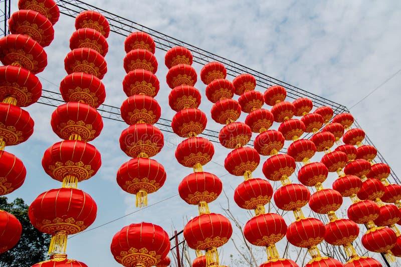 Kinesiska röda lyktor för nytt år i blå himmel arkivbilder