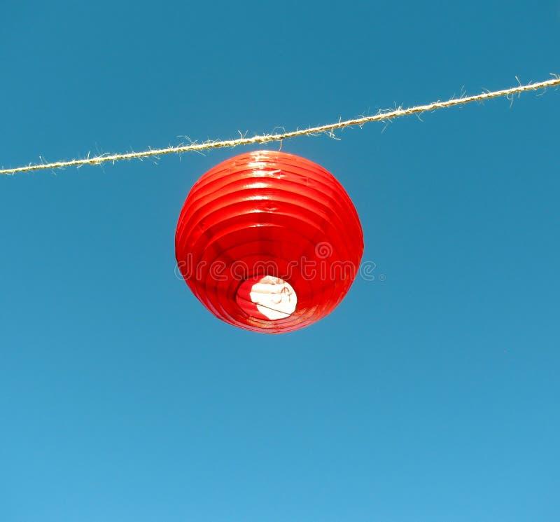 Kinesiska röda lyktor mot blå himmel arkivbilder