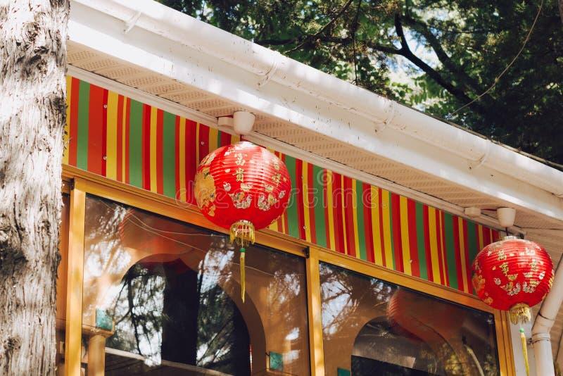 Kinesiska röda pappers- lyktor fotografering för bildbyråer