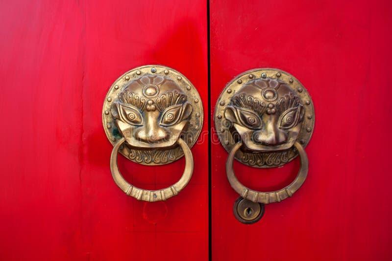 Kinesiska röda portdörrar i Yuantong, Kunming arkivbild
