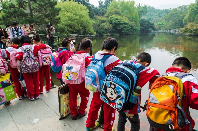 Kinesiska skolbarn i blommahamnen parkerar royaltyfri bild