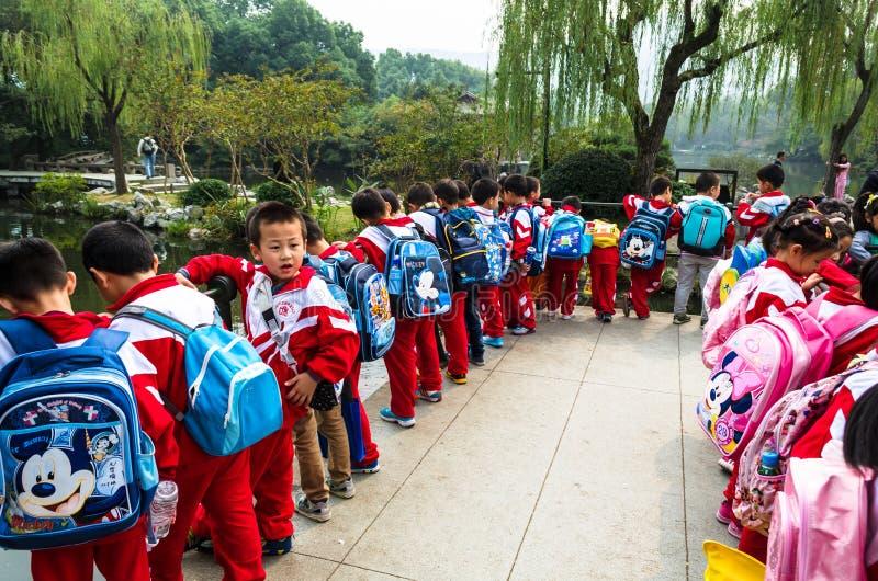 Kinesiska skolbarn i blommahamnen parkerar arkivfoton