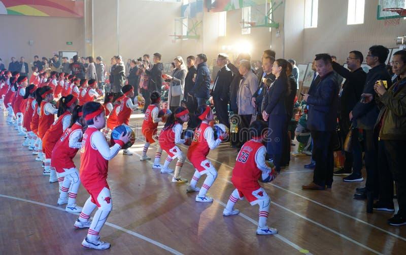 Kinesiska studenter utför basketgymnastik för ledare royaltyfri foto
