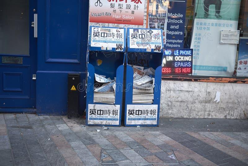Kinesiska tidningar i London royaltyfri bild