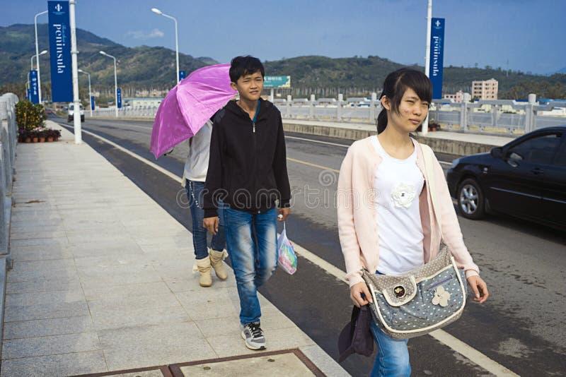 Kinesiska tonåringar som promenerar vägen fotografering för bildbyråer