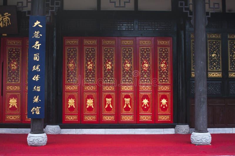 Kinesiska trädörrar med dekorerade paneler och Windows royaltyfri foto