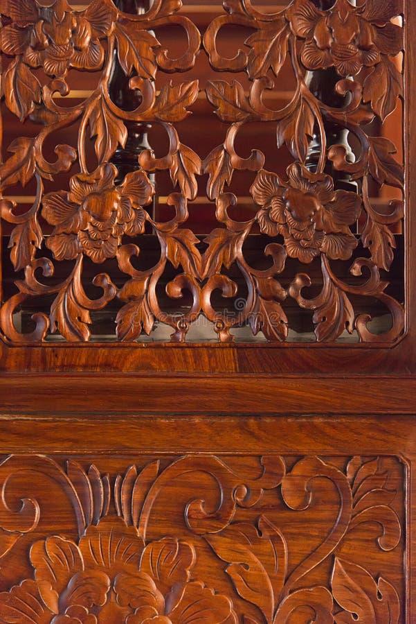 Kinesiska träskulpturdörrar och fönster royaltyfria bilder