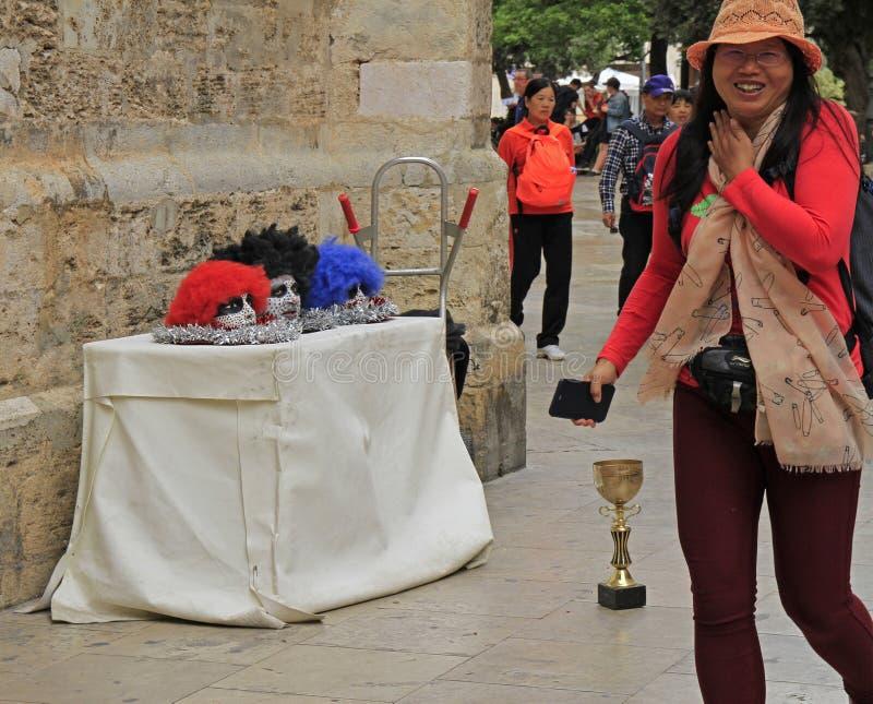 Kinesiska turist- skratt på gataaktörer i Valencia arkivbild