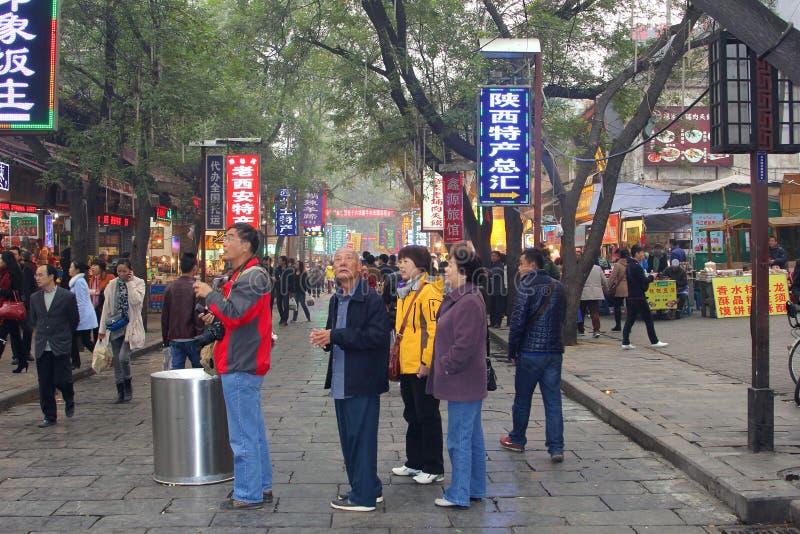 Kinesiska turister på den muslimska Beiyuanmenen marknadsför i Xian, Kina royaltyfria foton